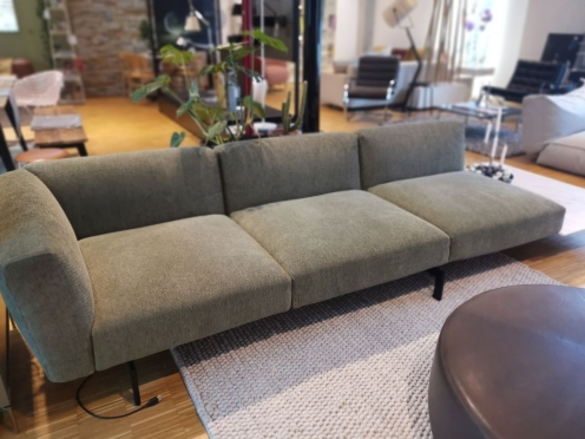 Avio Sofa Low Knoll International EXHIBITION PIECE